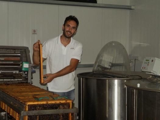 Εξαγωγή μελιού από τις κηρήθρες στο εργαστήριό μας.